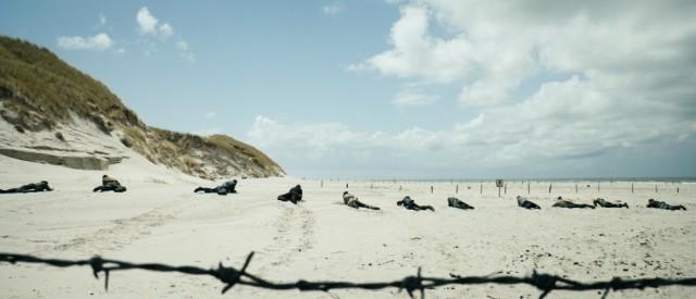 Land-of-Mine-Sotto-la-sabbia-recensione-centro