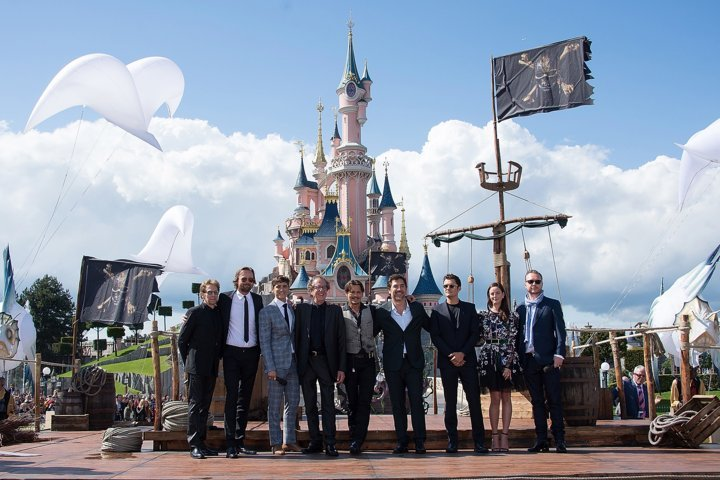 Pirati-dei-Caraibi-La-Vendetta-di-Salazar-Disneyland-Paris-cast-group