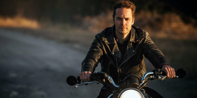 Taylor Kitsch sostituisce Machine Gun Kelly in Wash Me In The River con Robert De Niro e John Malkovich